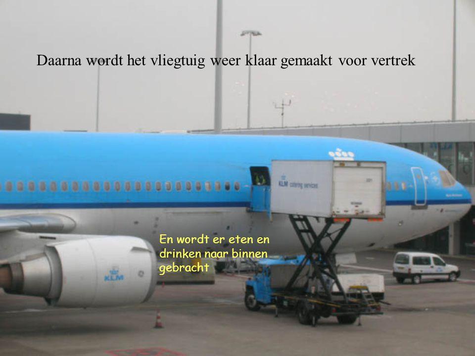Daarna wordt het vliegtuig weer klaar gemaakt voor vertrek En wordt er eten en drinken naar binnen gebracht
