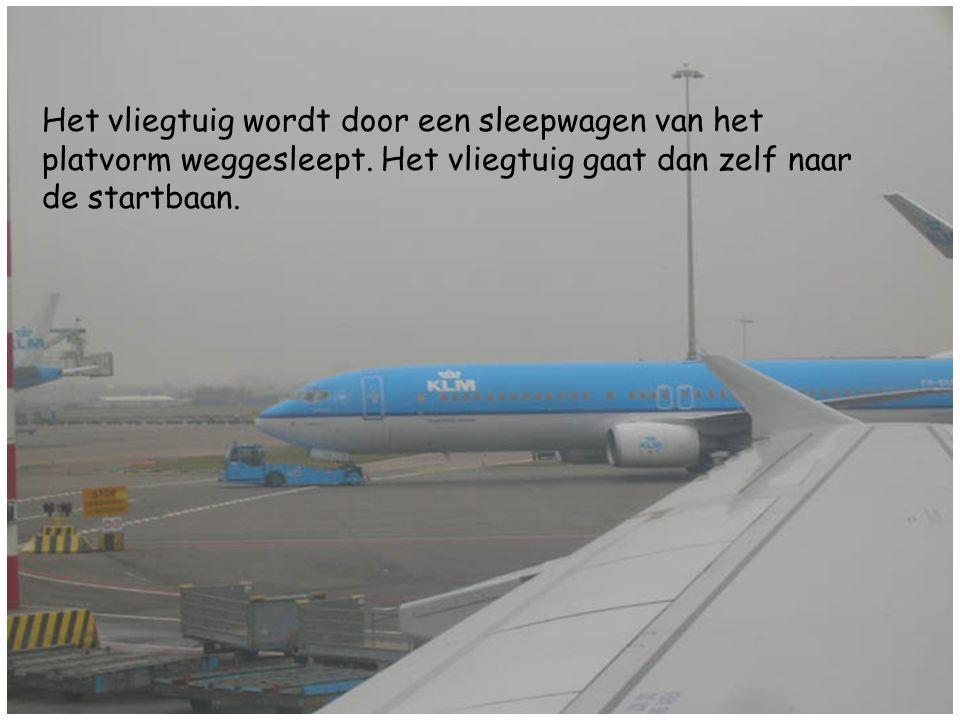 Het vliegtuig wordt door een sleepwagen van het platvorm weggesleept. Het vliegtuig gaat dan zelf naar de startbaan.