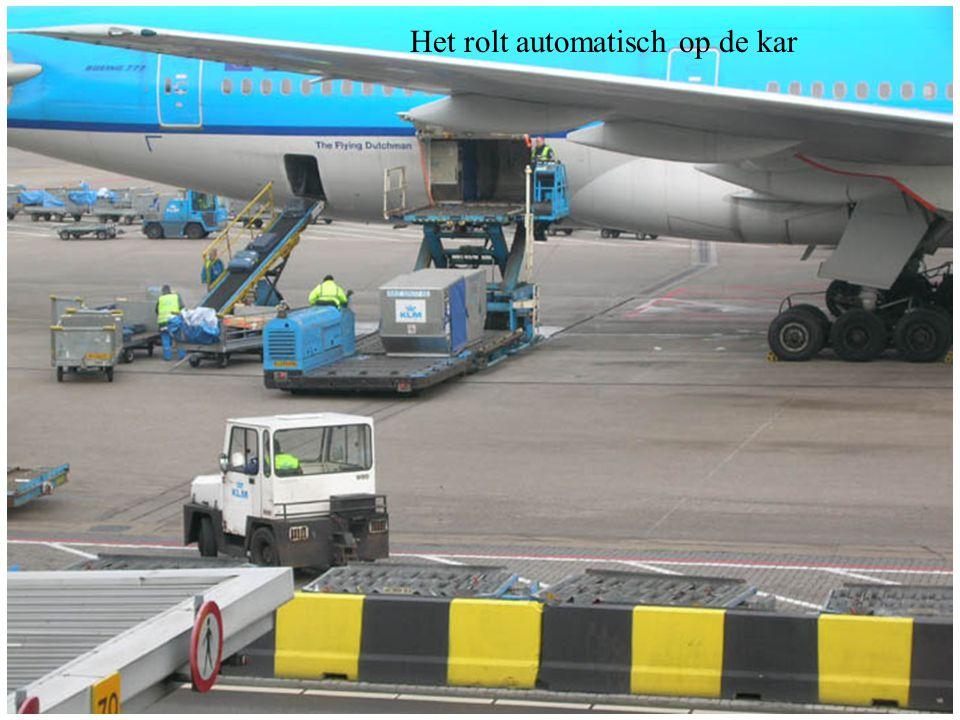 Wanneer de karretjes vol zijn, worden de karretjes met de koffers naar binnen gebracht waar de passagiers staan te wachten.