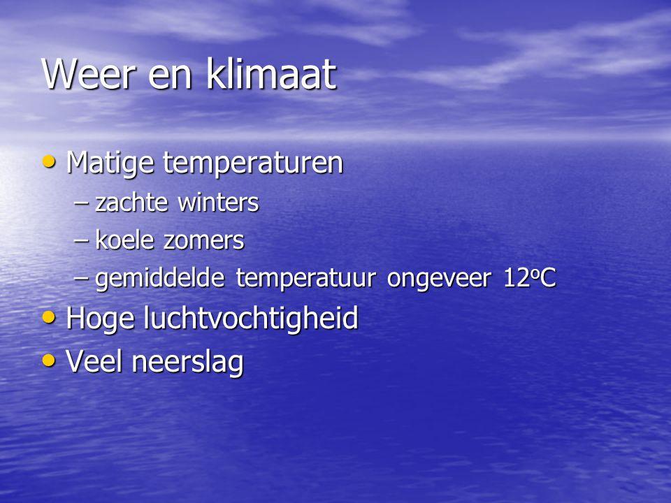 Weer en klimaat Matige temperaturen Matige temperaturen –zachte winters –koele zomers –gemiddelde temperatuur ongeveer 12 o C Hoge luchtvochtigheid Hoge luchtvochtigheid Veel neerslag Veel neerslag