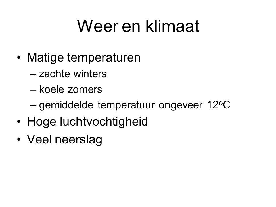 Weer en klimaat Matige temperaturen –zachte winters –koele zomers –gemiddelde temperatuur ongeveer 12 o C Hoge luchtvochtigheid Veel neerslag