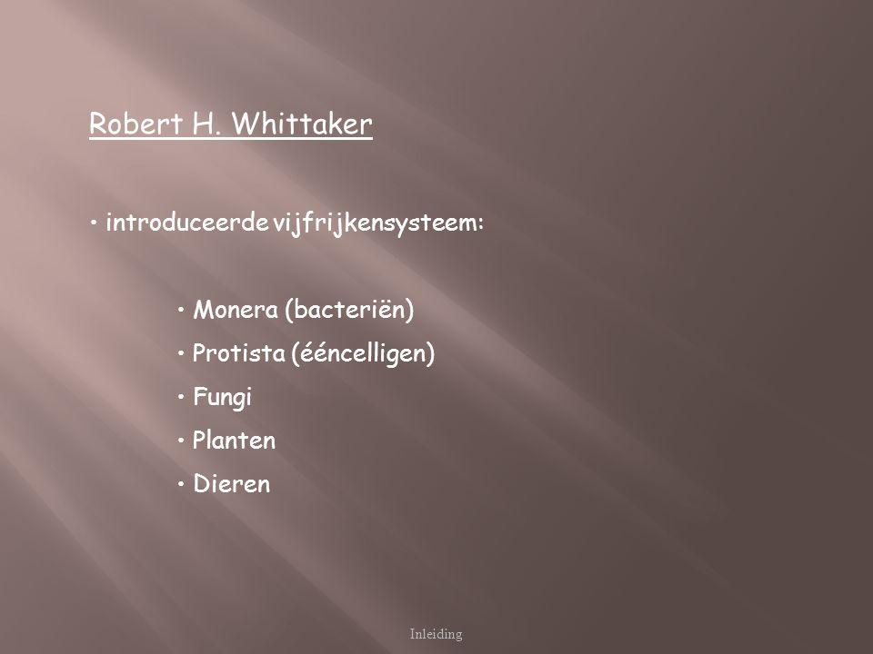 Inleiding Robert H. Whittaker introduceerde vijfrijkensysteem: Monera (bacteriën) Protista (ééncelligen) Fungi Planten Dieren