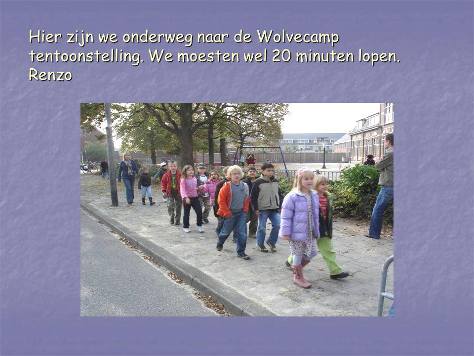 Hier zijn we onderweg naar de Wolvecamp tentoonstelling. We moesten wel 20 minuten lopen. Renzo