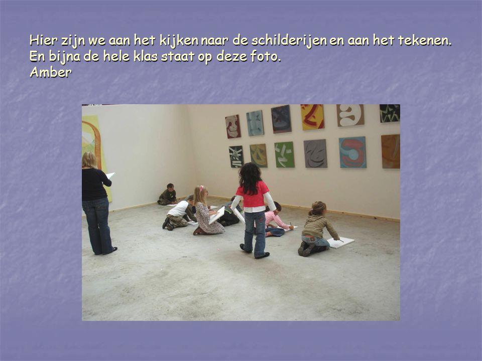 Hier zijn we aan het kijken naar de schilderijen en aan het tekenen. En bijna de hele klas staat op deze foto. Amber
