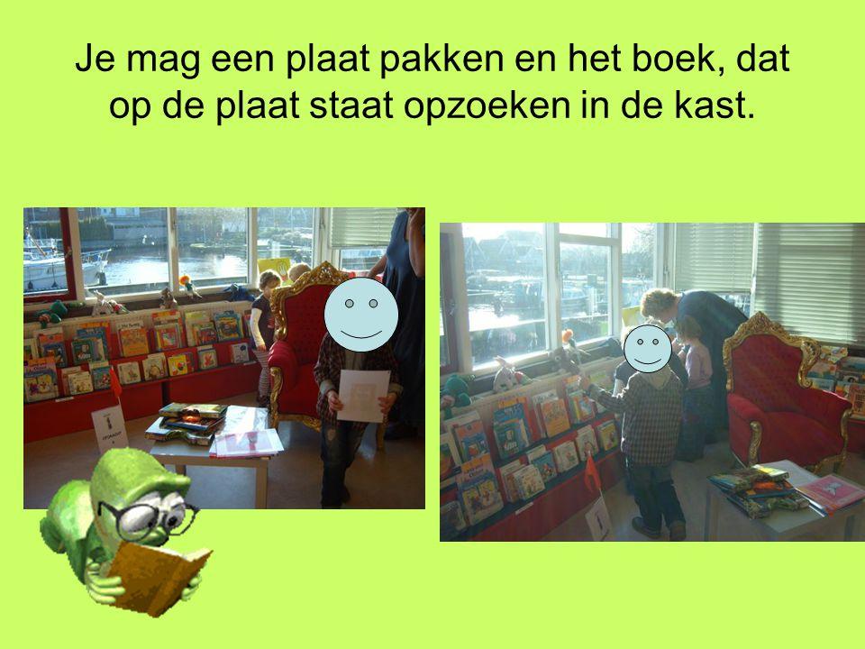 Je mag een plaat pakken en het boek, dat op de plaat staat opzoeken in de kast.