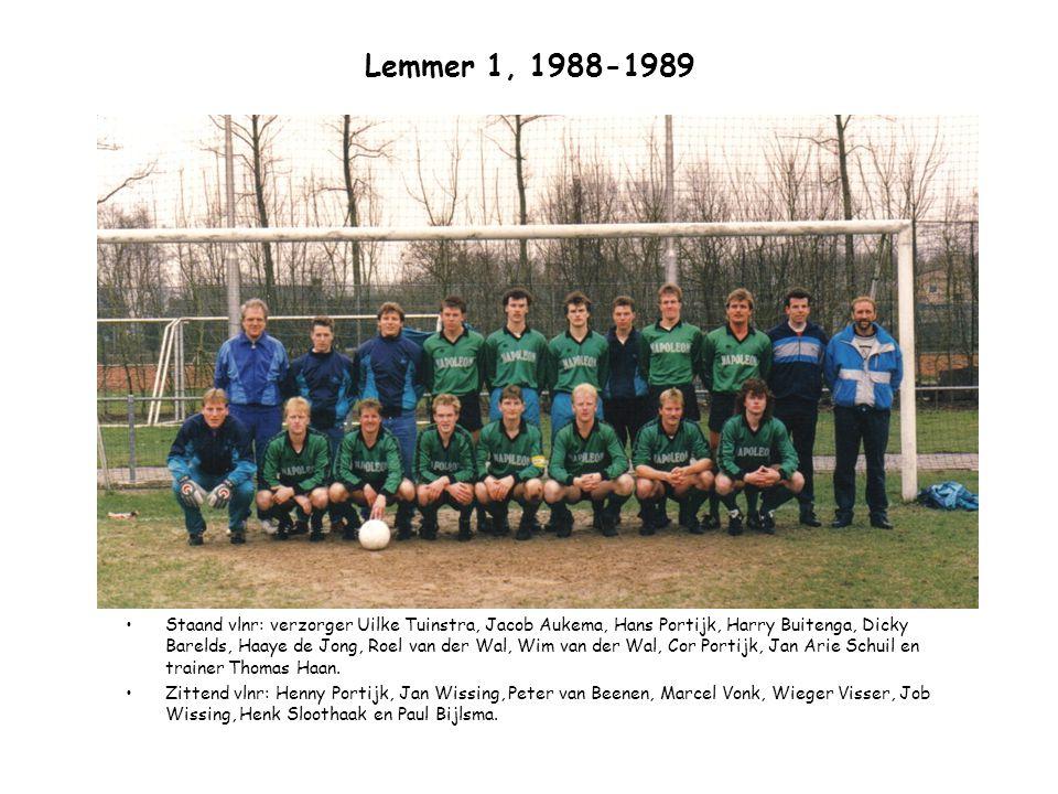Lemmer 1, 1988-1989 Staand vlnr: verzorger Uilke Tuinstra, Jacob Aukema, Hans Portijk, Harry Buitenga, Dicky Barelds, Haaye de Jong, Roel van der Wal,