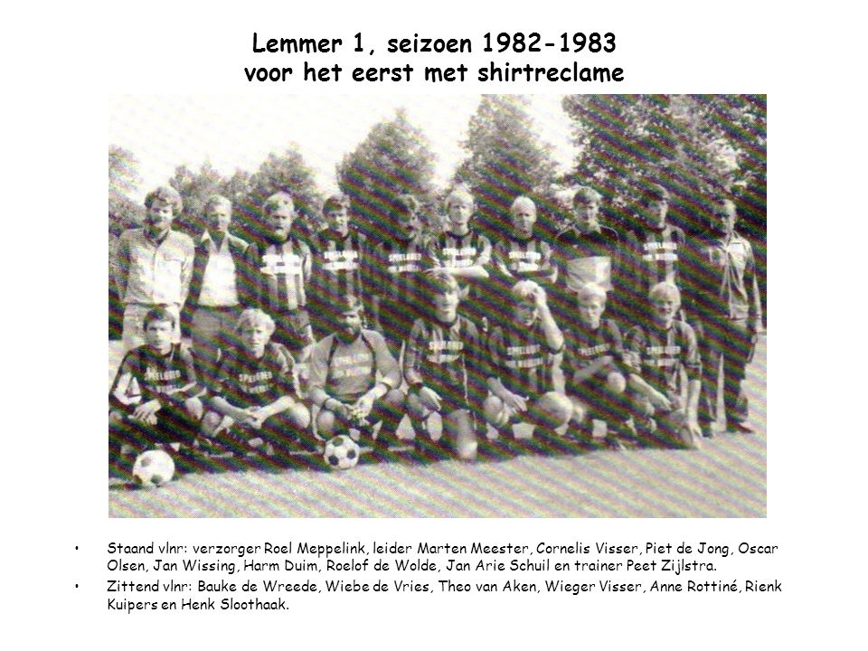 Lemmer 1, seizoen 1982-1983 voor het eerst met shirtreclame Staand vlnr: verzorger Roel Meppelink, leider Marten Meester, Cornelis Visser, Piet de Jon