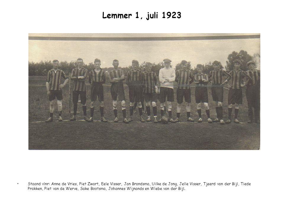 Lemmer 1, juli 1923 Staand vlnr: Anne de Vries, Piet Zwart, Eele Visser, Jan Brandsma, Uilke de Jong, Jelle Visser, Tjeerd van der Bijl, Tiede Prakken