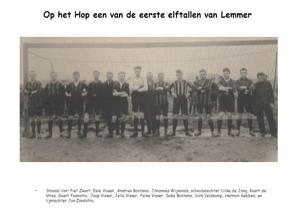 Op het Hop een van de eerste elftallen van Lemmer Staand vlnr: Piet Zwart, Eele Visser, Andries Bootsma, Johannes Wijnands, scheidsrechter Uilke de Jo