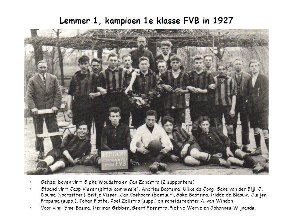 Lemmer 1, kampioen 1e klasse FVB in 1927 Geheel boven vlnr: Sipke Woudstra en Jan Zandstra (2 supporters) Staand vlnr: Jaap Visser (elftal commissie),