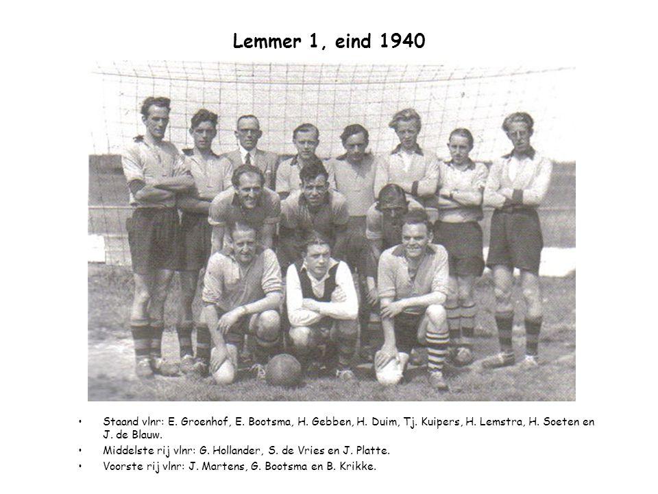 Lemmer 1, eind 1940 Staand vlnr: E. Groenhof, E. Bootsma, H. Gebben, H. Duim, Tj. Kuipers, H. Lemstra, H. Soeten en J. de Blauw. Middelste rij vlnr: G