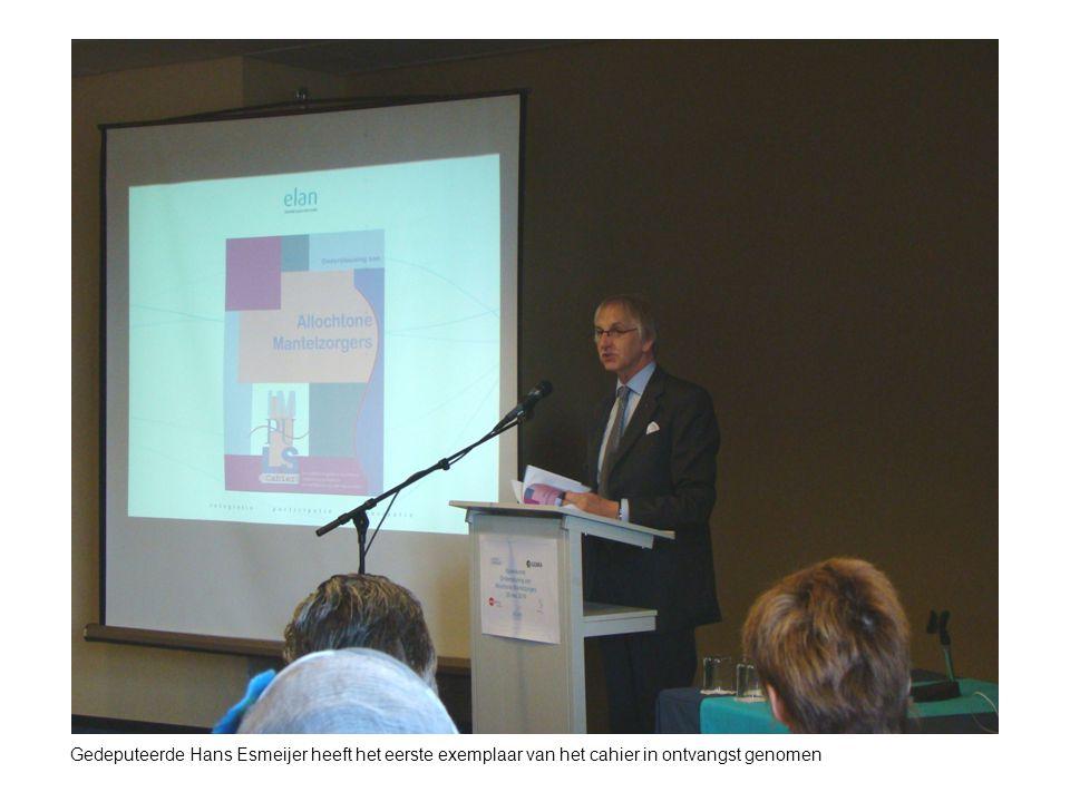 Gedeputeerde Hans Esmeijer heeft het eerste exemplaar van het cahier in ontvangst genomen