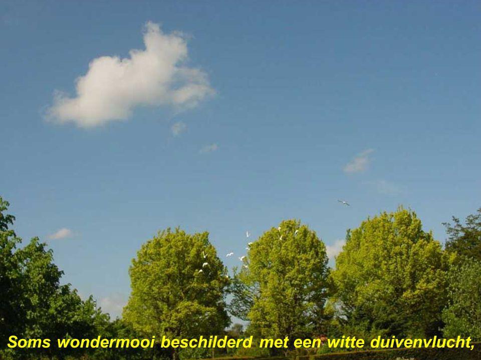 Met donkergroene heuvels vervagend in de lucht,