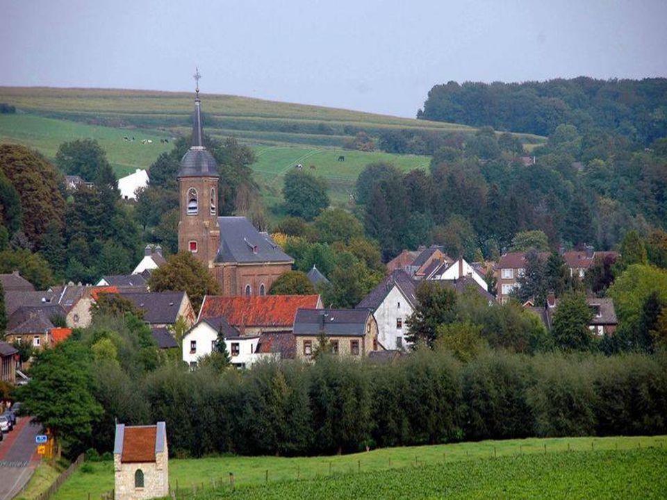 Es de klanke van de aovendklok weer juub lend es muziek euver os Limburgs lendje goan dan veule veer os riek En door de aovendzon besjtroald kniele keenjer veur t kruus dat-ste allein in Limburg nog langs eed re Zandjweg zuus: Wie sjoen os Limburg is begrip toch neemes allein de zuuderling dae Limburg leef is want do or de jaore heen blif Limburg onbetwis t stjokske Nederland dat t sjoensten is Es ein zilv rig lintje-n-is de Maas door berg en bosj omzuimp woo eed re zuuderling dae in de vraemde-n-is van druimp Want velt t laave soms nest met en zeuks-ste nog get gelok blief aeven in gedachte sjtoan en dink aan Limburg trok Wie sjoen os Limburg is begrip toch neemes allein de zuuderling dae Limburg leef is want do or de jaore heen blif Limburg onbetwis t stjokske Nederland dat t sjoenste-n-is
