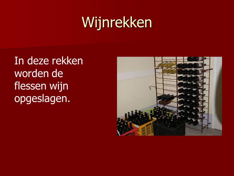 Wijnrekken In deze rekken worden de flessen wijn opgeslagen.