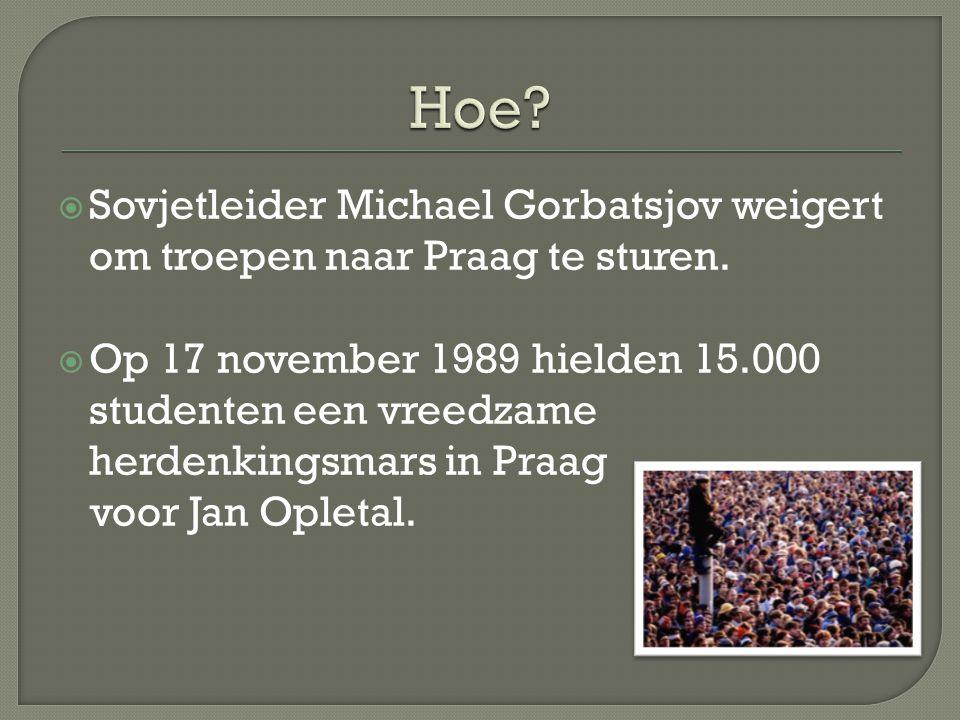  Sovjetleider Michael Gorbatsjov weigert om troepen naar Praag te sturen.  Op 17 november 1989 hielden 15.000 studenten een vreedzame herdenkingsmar