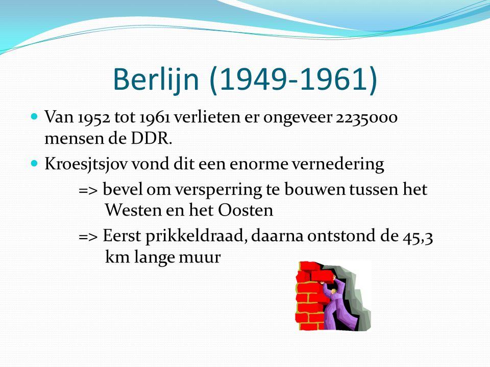 Berlijn (1949-1961) Van 1952 tot 1961 verlieten er ongeveer 2235000 mensen de DDR. Kroesjtsjov vond dit een enorme vernedering => bevel om versperring