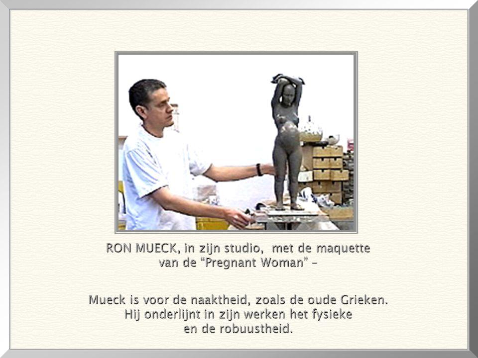 RON MUECK, in zijn studio, met de maquette van de Pregnant Woman – Mueck is voor de naaktheid, zoals de oude Grieken.