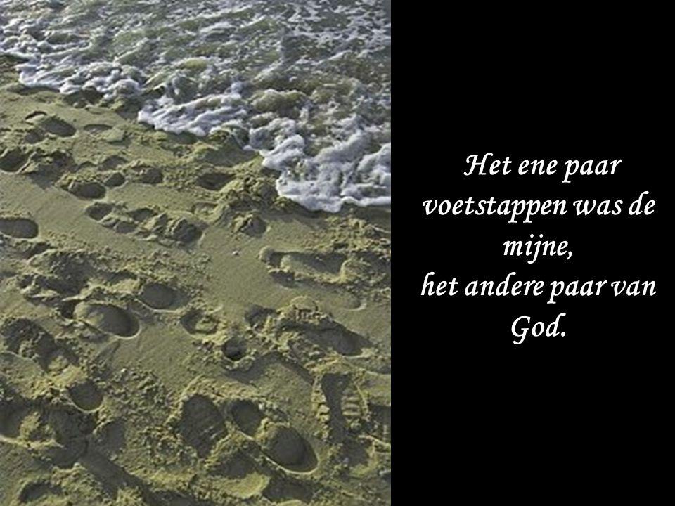 Bij elke gebeurtenis zag ik twee paar voetafdrukken in het zand.
