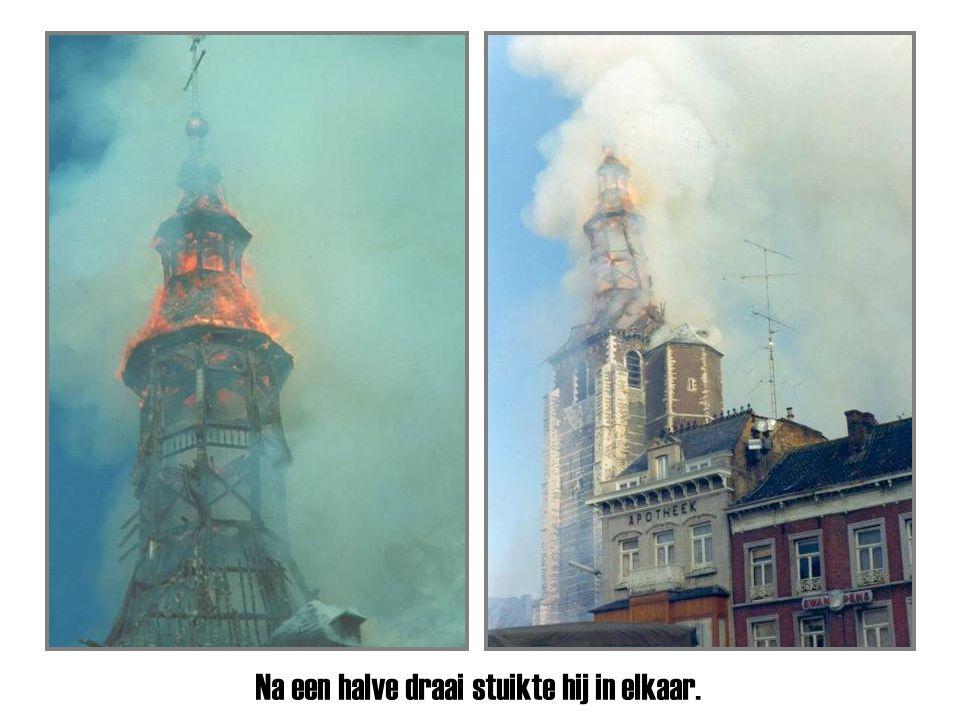 Een immens vuur verteerde de torenspits.