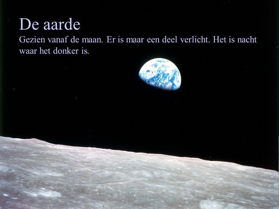 De aarde Gezien vanaf de maan. Er is maar een deel verlicht. Het is nacht waar het donker is.