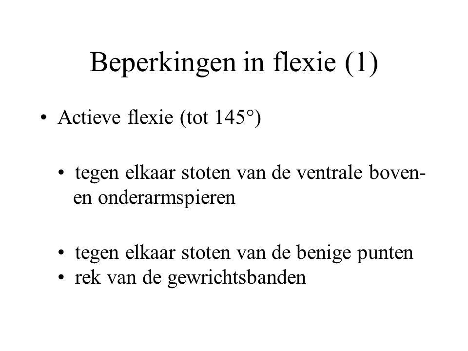 Beperkingen in flexie (1) Actieve flexie (tot 145°) tegen elkaar stoten van de ventrale boven- en onderarmspieren tegen elkaar stoten van de benige punten rek van de gewrichtsbanden