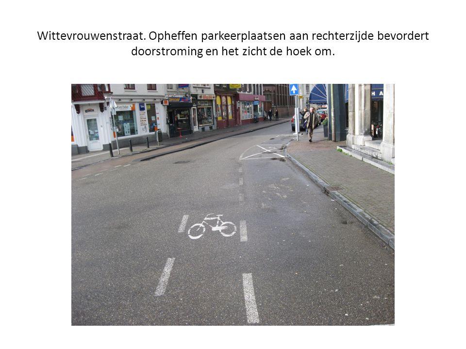 Wittevrouwenstraat. Opheffen parkeerplaatsen aan rechterzijde bevordert doorstroming en het zicht de hoek om.
