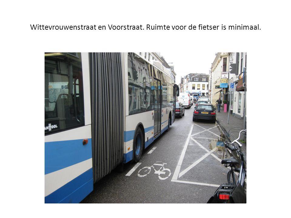 Wittevrouwenstraat en Voorstraat. Ruimte voor de fietser is minimaal.