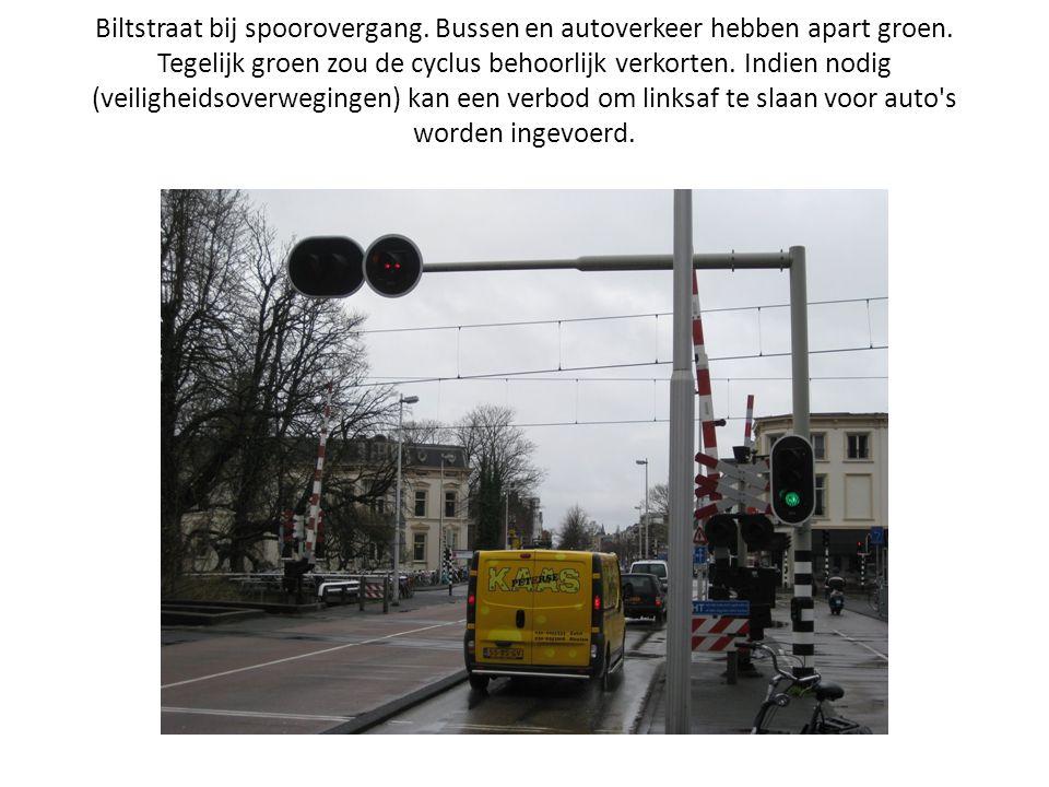 Biltstraat bij spoorovergang. Bussen en autoverkeer hebben apart groen. Tegelijk groen zou de cyclus behoorlijk verkorten. Indien nodig (veiligheidsov