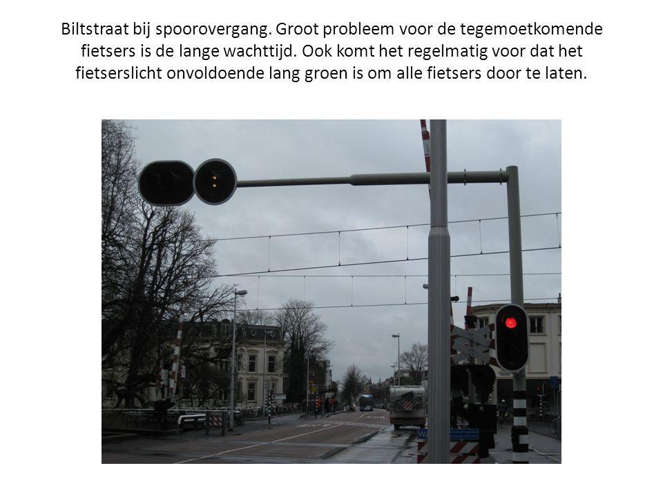 Biltstraat bij spoorovergang. Groot probleem voor de tegemoetkomende fietsers is de lange wachttijd. Ook komt het regelmatig voor dat het fietserslich