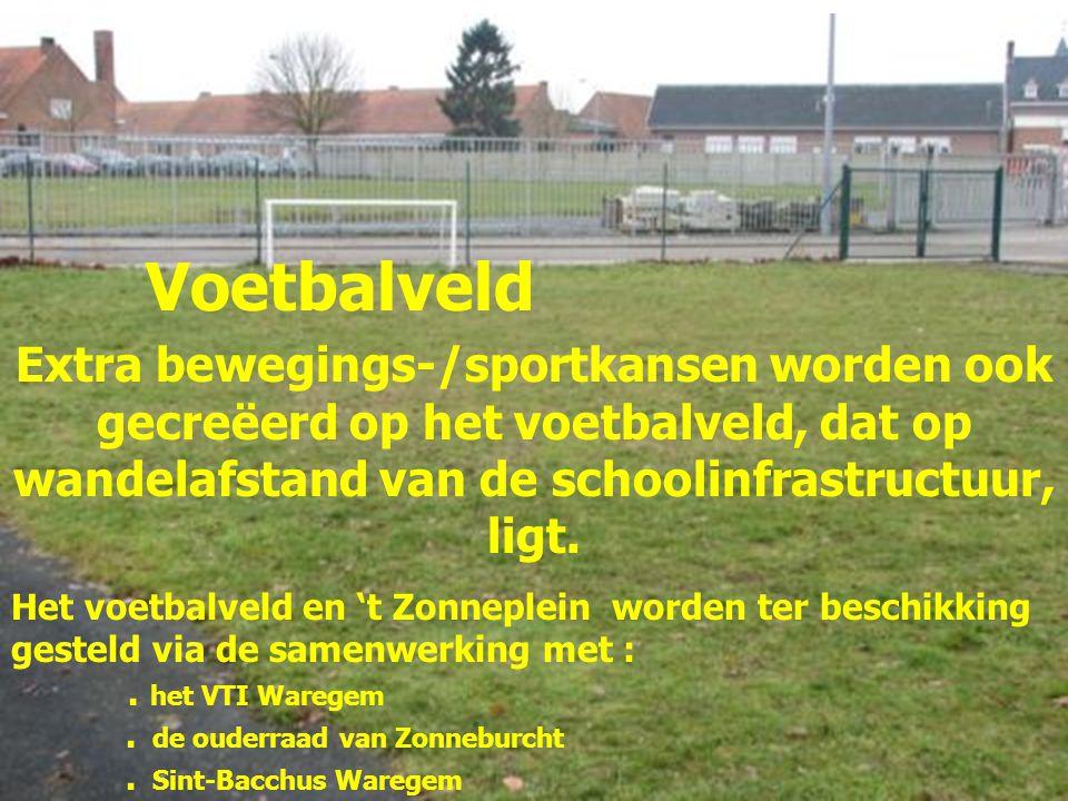 Voetbalveld Extra bewegings-/sportkansen worden ook gecreëerd op het voetbalveld, dat op wandelafstand van de schoolinfrastructuur, ligt. Het voetbalv
