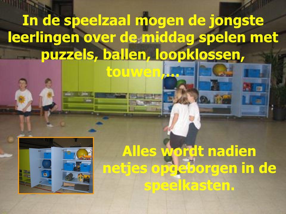In de speelzaal mogen de jongste leerlingen over de middag spelen met puzzels, ballen, loopklossen, touwen,… Alles wordt nadien netjes opgeborgen in de speelkasten.