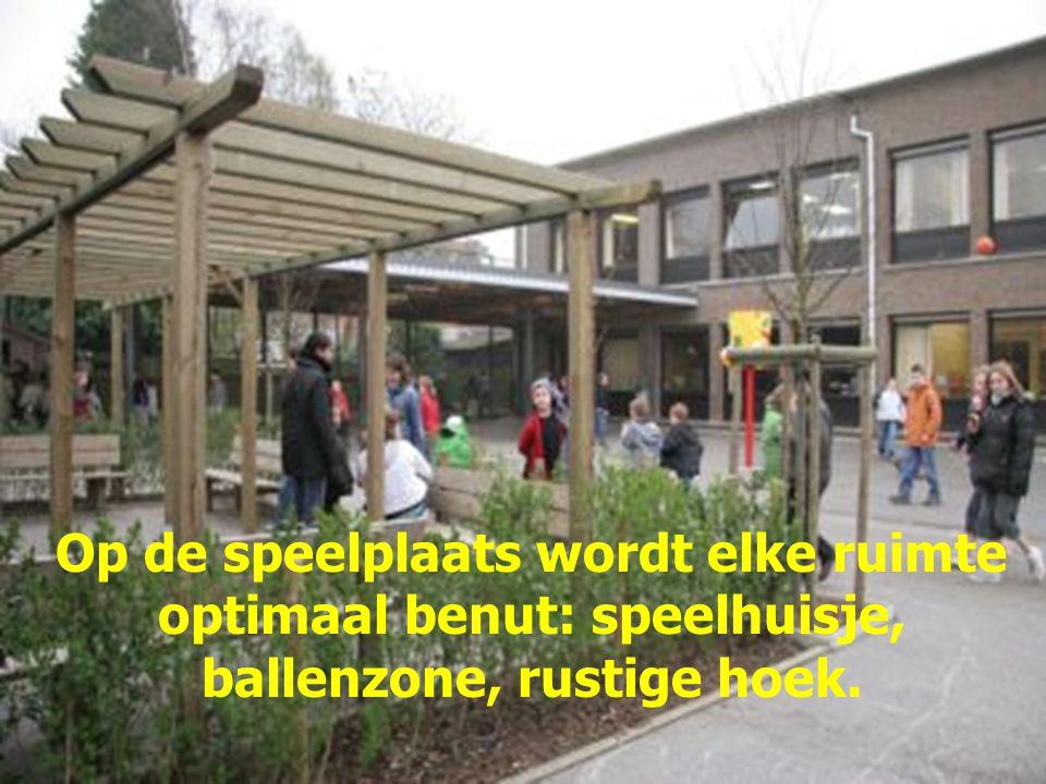 Op de speelplaats wordt elke ruimte optimaal benut: speelhuisje, ballenzone, rustige hoek.