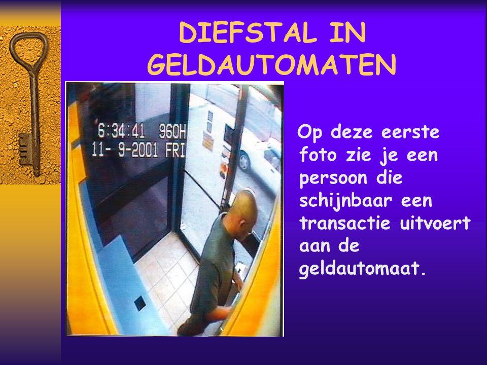 DIEFSTAL IN GELDAUTOMATEN Op deze eerste foto zie je een persoon die schijnbaar een transactie uitvoert aan de geldautomaat.