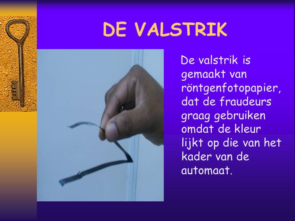DE VALSTRIK De valstrik is gemaakt van röntgenfotopapier, dat de fraudeurs graag gebruiken omdat de kleur lijkt op die van het kader van de automaat.