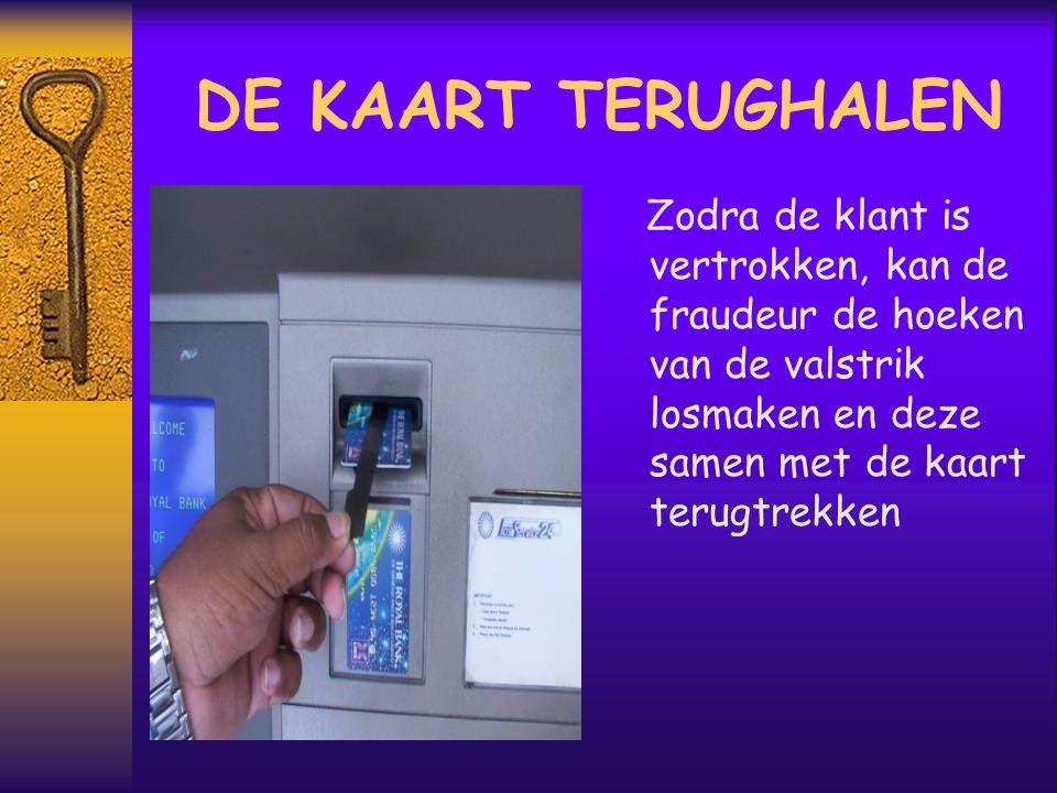 DE KAART TERUGHALEN Zodra de klant is vertrokken, kan de fraudeur de hoeken van de valstrik losmaken en deze samen met de kaart terugtrekken