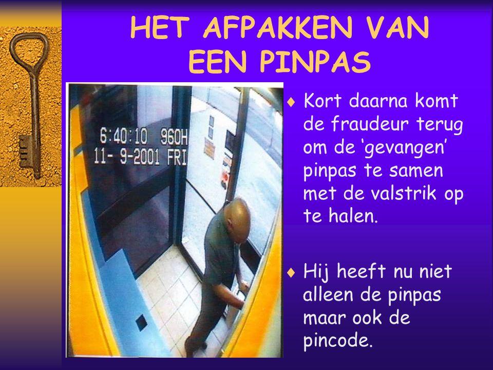 HET AFPAKKEN VAN EEN PINPAS  Kort daarna komt de fraudeur terug om de 'gevangen' pinpas te samen met de valstrik op te halen.