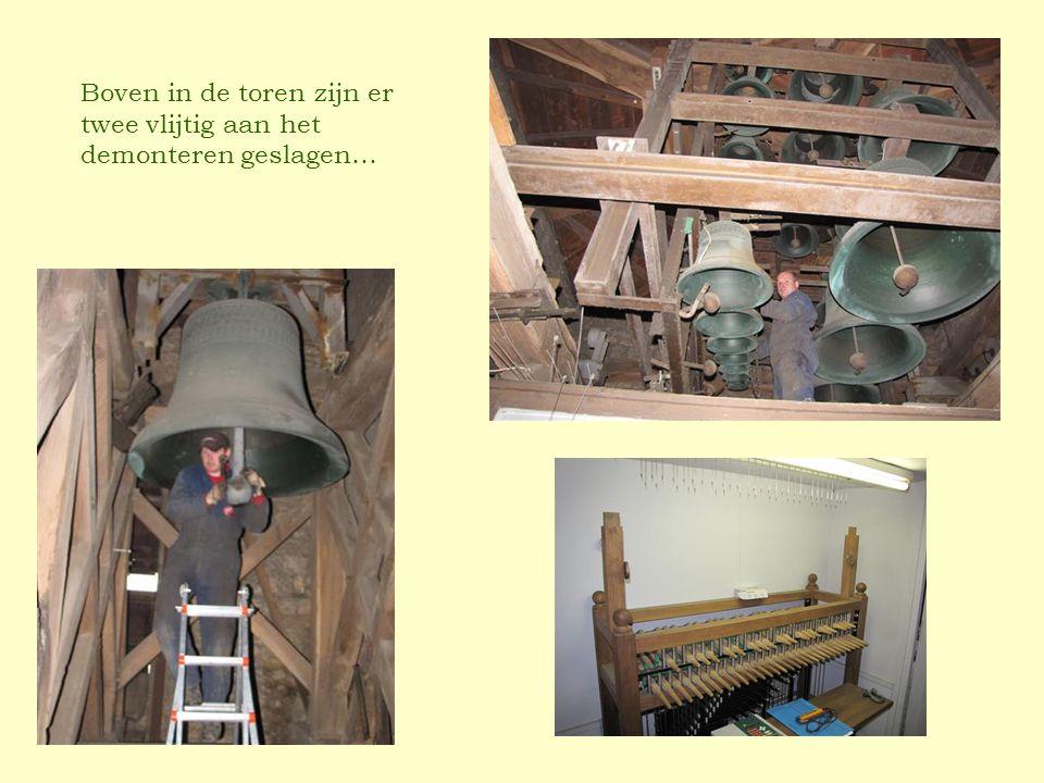 Boven in de toren zijn er twee vlijtig aan het demonteren geslagen…