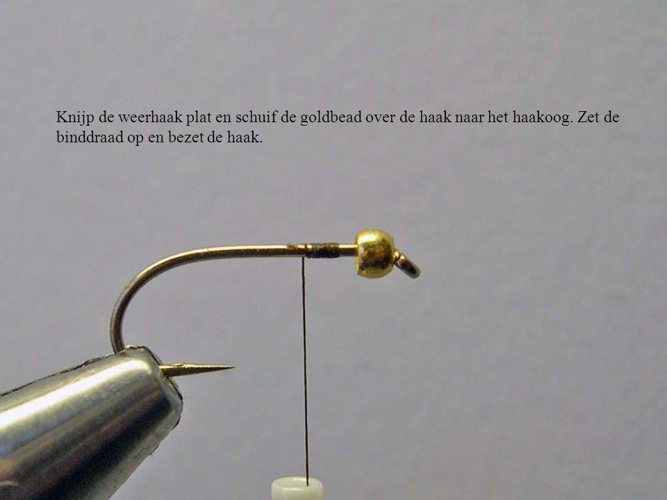 Knijp de weerhaak plat en schuif de goldbead over de haak naar het haakoog. Zet de binddraad op en bezet de haak.