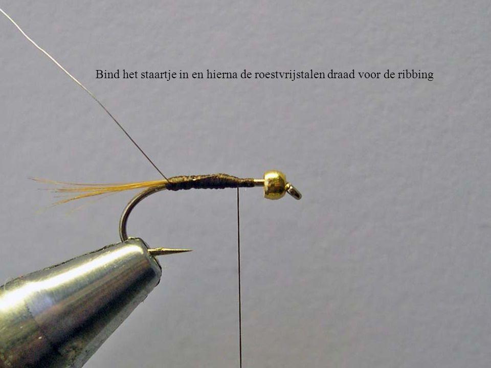 Bind het staartje in en hierna de roestvrijstalen draad voor de ribbing