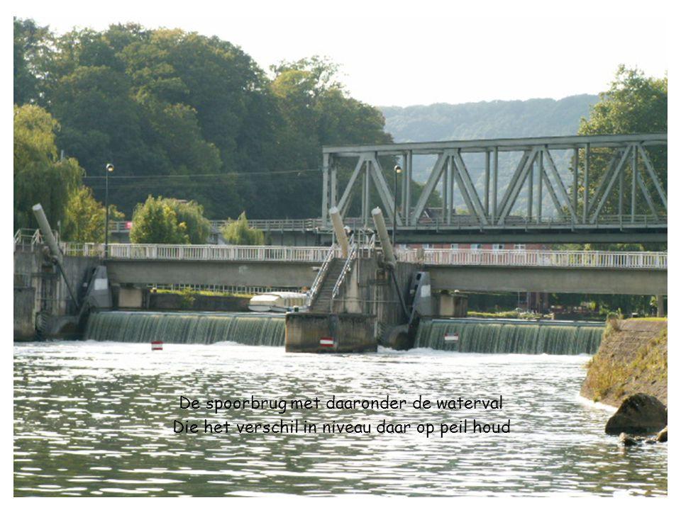 De spoorbrug met daaronder de waterval Die het verschil in niveau daar op peil houd