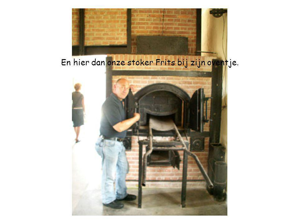 En hier dan onze stoker Frits bij zijn oventje.