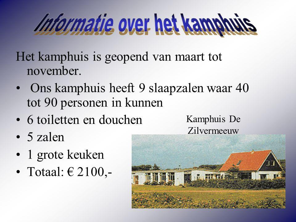 Bij de school staat een bus die naar Den Helder rijdt.