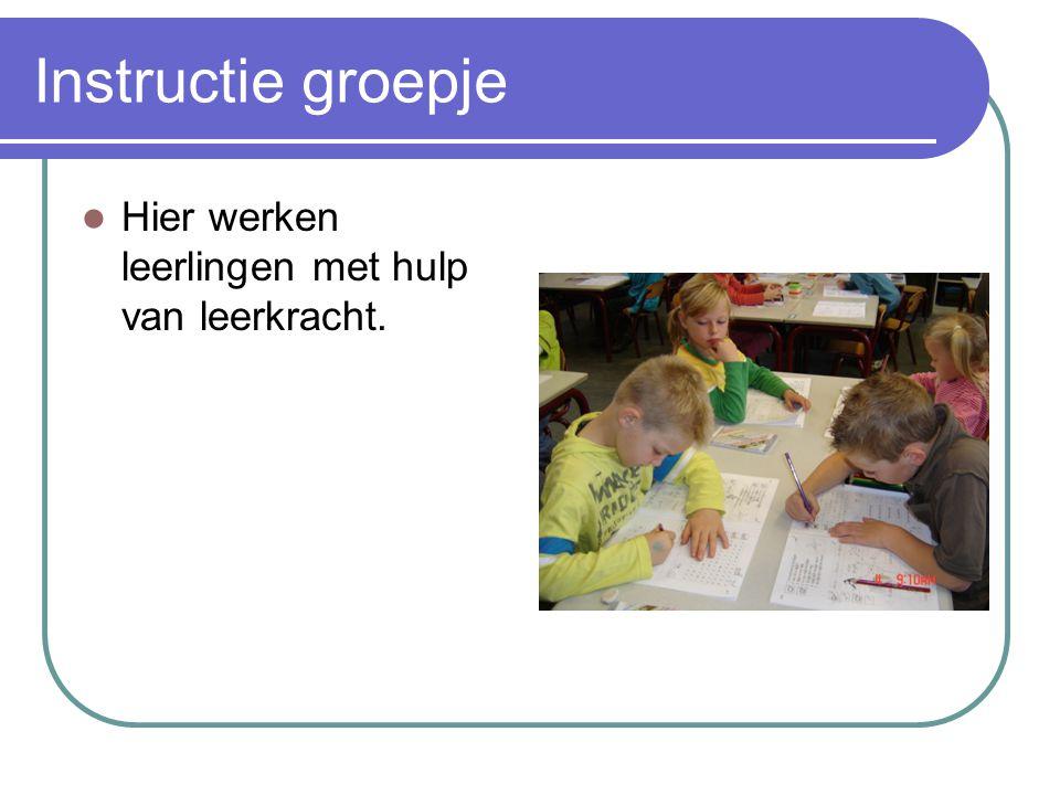Instructie groepje Hier werken leerlingen met hulp van leerkracht.