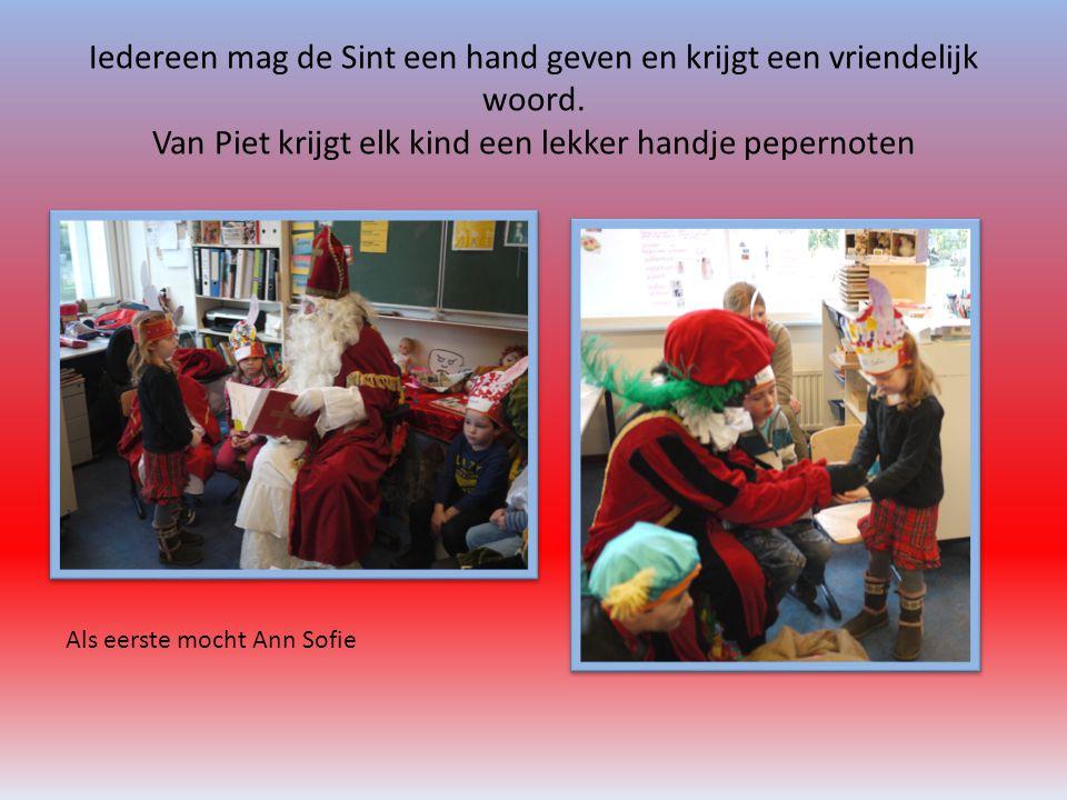 Iedereen mag de Sint een hand geven en krijgt een vriendelijk woord. Van Piet krijgt elk kind een lekker handje pepernoten Als eerste mocht Ann Sofie