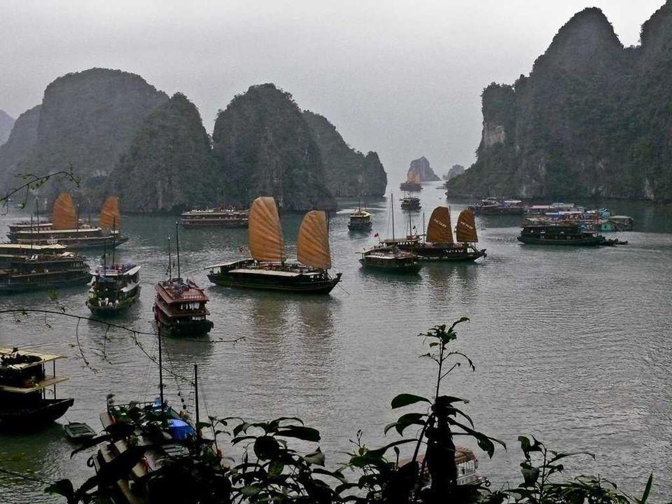 Tijdens de Vietnamoorlog werden door de Amerikaanse marine zeemijnen gelegd in verschillende waterwegen tussen de eilanden. Sommige van deze mijnen vo