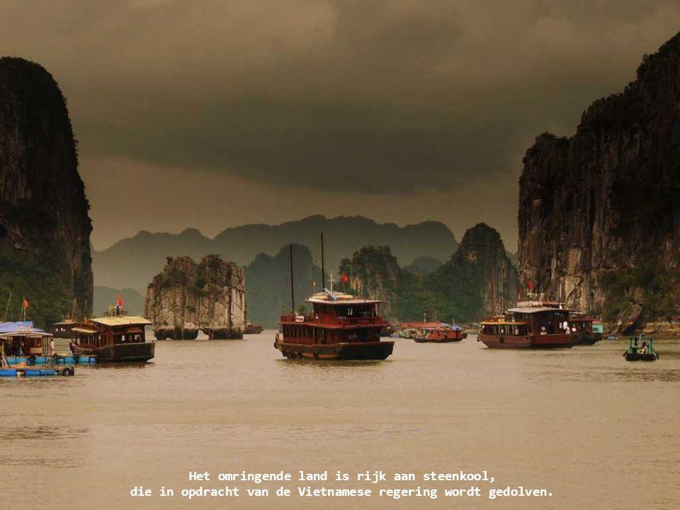 Het omringende land is rijk aan steenkool, die in opdracht van de Vietnamese regering wordt gedolven.