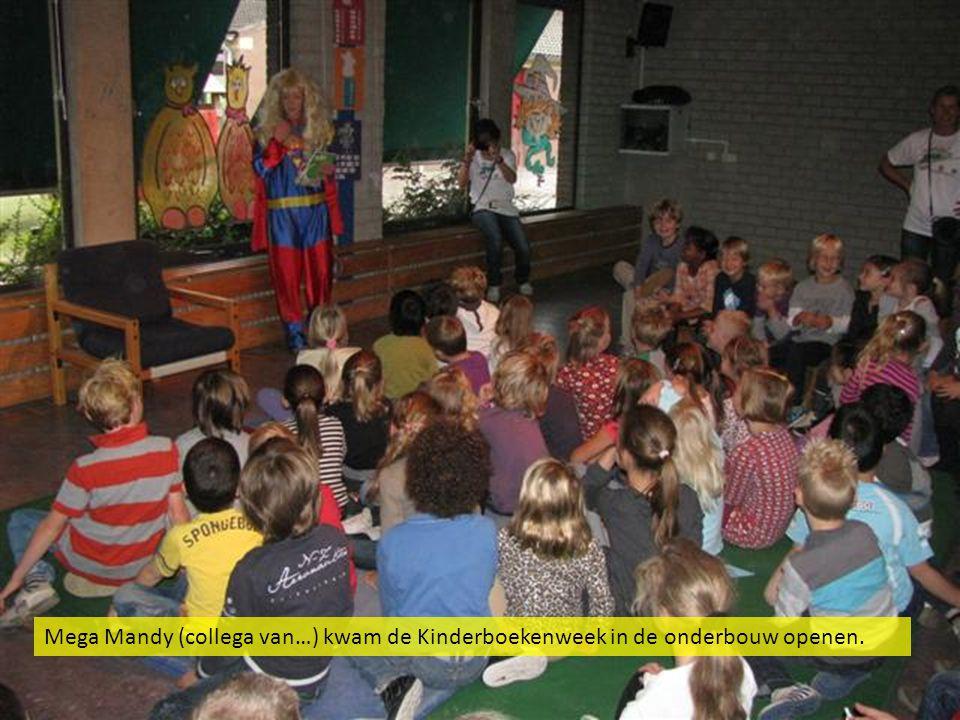 Mega Mandy (collega van…) kwam de Kinderboekenweek in de onderbouw openen.