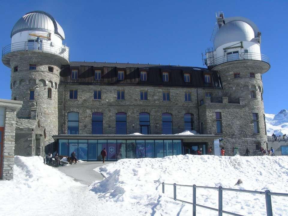 Boven het treinstation bevindt zich een restaurant waar u op een zonnig terras - oog in oog met de bergen - typische gerechten van Valais kunt proeven.