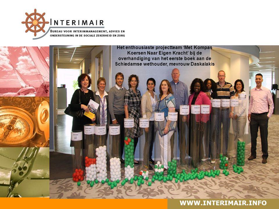 WWW.INTERIMAIR.INFO Het enthousiaste projectteam 'Met Kompas Koersen Naar Eigen Kracht' bij de overhandiging van het eerste boek aan de Schiedamse wethouder, mevrouw Daskalakis